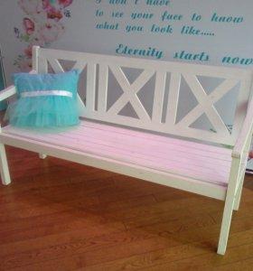 Белые скамейки