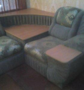 Угловая мебель зелёного цвета с рисунком золото