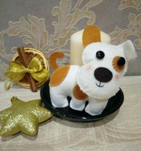Новогодняя собачка игрушка сувенир из фетра.