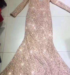 Платье со шлейфом и паетками
