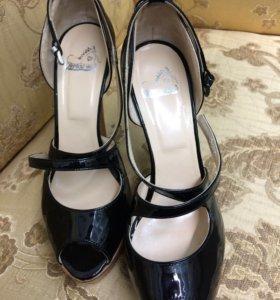 Туфли чёрные лаковые