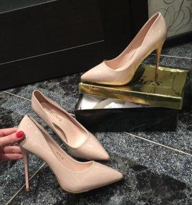 Туфли каблуки бежевые лаковые 40
