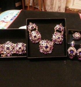 Набор бижутерии: колье, браслет, кольцо, серьги.