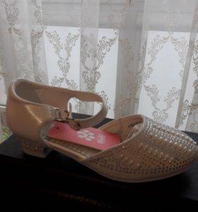 Новые нарядные туфли для девочки