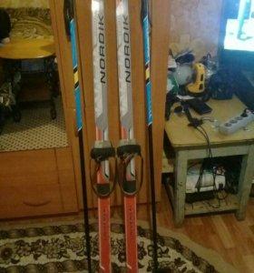 Лыжи пластиковые с палками.