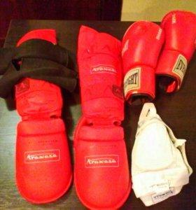 Перчатки боксерские ,защита голени и стопы