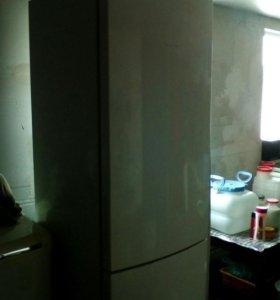 Холодильник - морозильник.