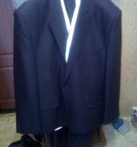 Черный классический костюм,