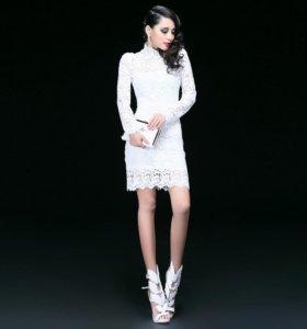 Женственное кружевное платье.