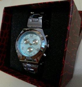 Кварцевые часы в подарочной коробке. Новые!