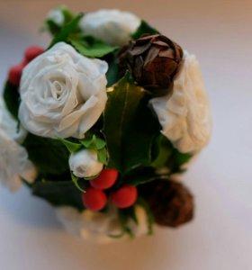 Шарик розы-остролист-шишечки
