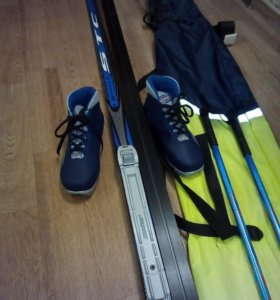Комплект лыжи,палки и ботинки.