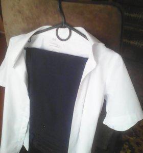 Рубашка и черные брюки