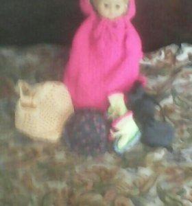 Кукла в вязаном рюкзаке с капюшоном