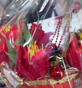 Подарочные сладкие букеты из конфет в цветах