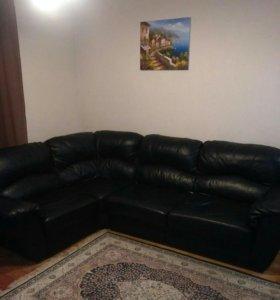 Кожаный большой диван.