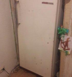 Сдам на металлолом 2 старых холодильника