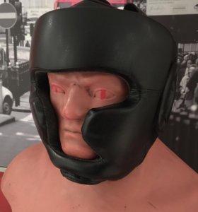 Боксёрский шлем и перчатки
