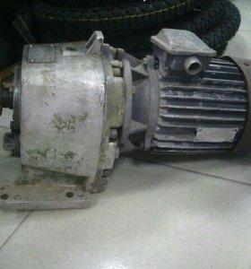 Электромотор с понижающим редуктором.