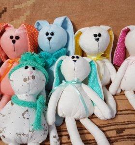 Игрушки зайки и куклы