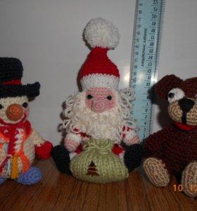 Дед Мороз, снеговики, медведь.