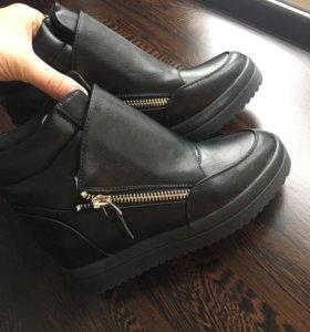 Зимние ботинки на танкетке новые