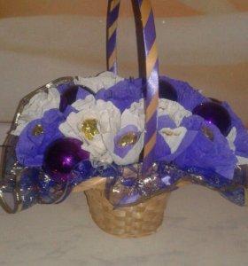 Цветочная новогодняя корзинка из конфет