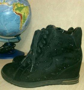 Зимние ботинки на танкетке