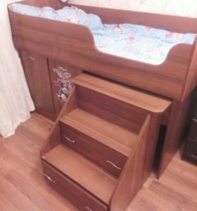 Кровать чердак со столом.