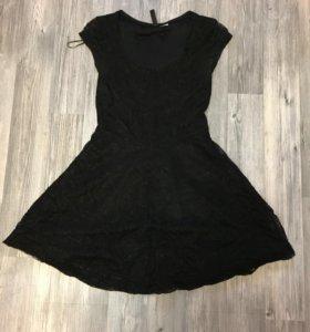 Маленькое черное кружевное платье