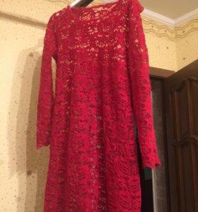 Платье гипюровое красное.