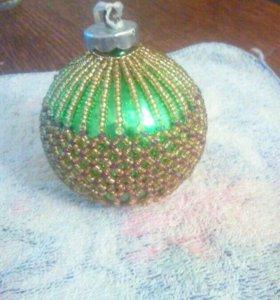 Елочные шары и украшения из лент на ёлку