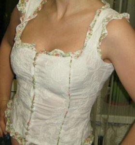 Белая блуза без рукавов с отделкой воланами