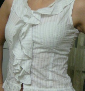 Белая блуза без рукавов с воланами