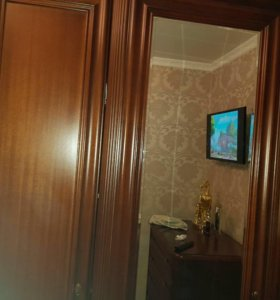Шкаф трёхдверный с зеркалом.