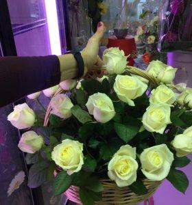 Корзинка из 25 белых роз спб