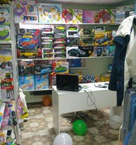 Магазин игрушек и детской одежды.