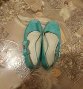 Школьные туфельки новые чистые.