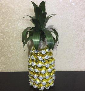 Оформление подарков-ананас из конфет
