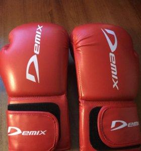 Боксерские перчатки размер 10 унций  с ними щитки