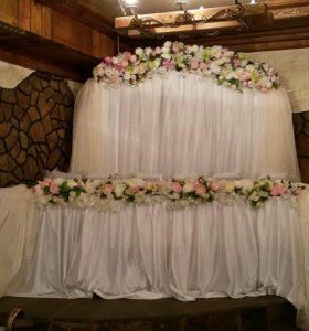 Арка,5000 стол жениха и невесты2000. 2 стойки 1000