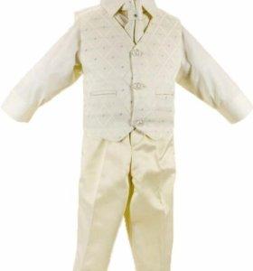 Белый нарядный костюм на мальчика 4-5 лет.