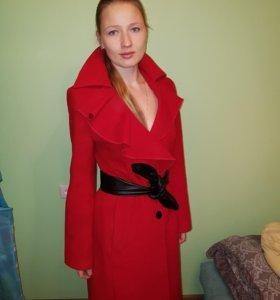 Пальто демисезон красное с оригинальным воротником
