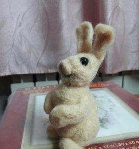 Игрушка зайчик в технике валяния шерсти.