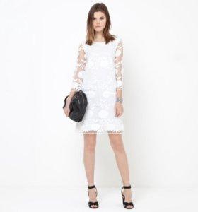 Платье из вышитого сетчатого материала.