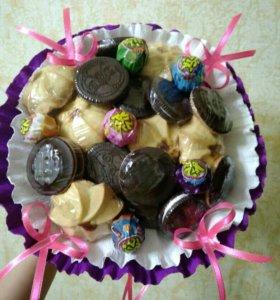 Букет из конфет и печенья.
