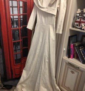 Бежевое эксклюзивное платье в пол с декольте