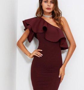 Платье на одно плечо с оборкой.