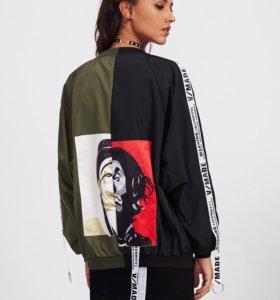 Контрастная куртка с аппликацией.