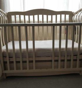 Детская кроватка вместе с матрасом